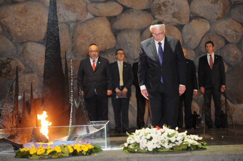 The Minister rekindled the Eternal Flame and laid a wreath on behalf of the Polish nation during a memorial ceremony in the Hall of Remembrance