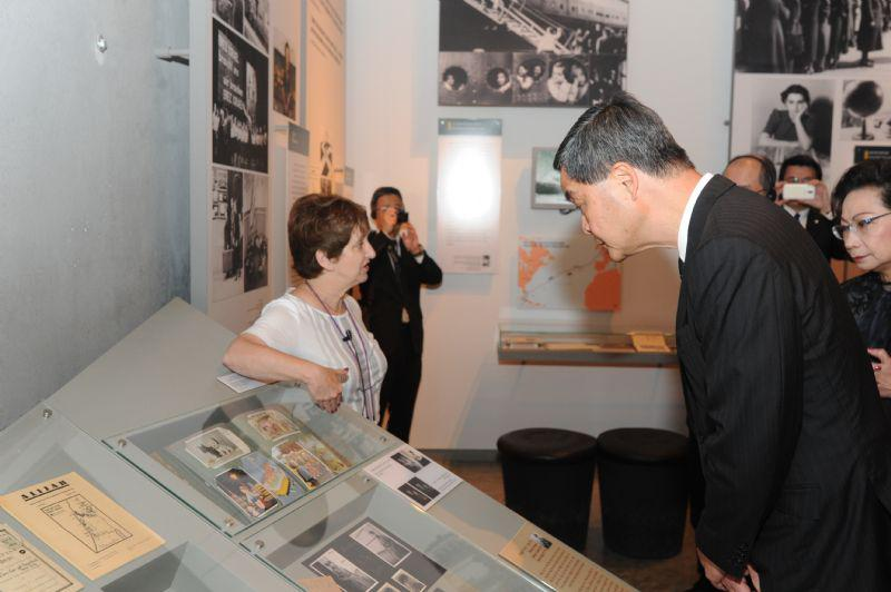 Chief Executive C. Y. Leung and his wife Regina toured the Holocaust History Museum