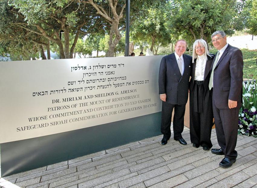 Sheldon and Dr. Miriam Adelson with Yad Vashem Chairman Avner Shalev in front of the Patron of the Mount of Remembrance Donors' Plaque
