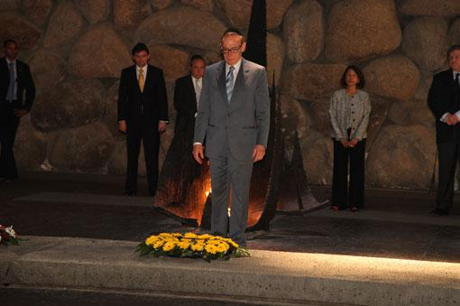 During his visit to Yad Vashem on 7 August 2012, Foreign Minister of Australia Bob Carr participated in a memorial ceremony in the Hall of Remembrance