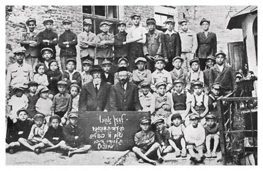 Talmud Torah pupils with their teachers Haim Kopler and Isaac Kirshner, 1936 (source: Buczacz Yizkor Book)
