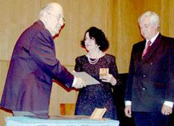 Judge Yaacov Maltz (left) presenting the Righteous Among the Nations medal to Mrs. Maria Nikolova Popova, niece of Metropolitan Stefan and Prof. Kiril Markov, nephew of Metropolitan Kiril