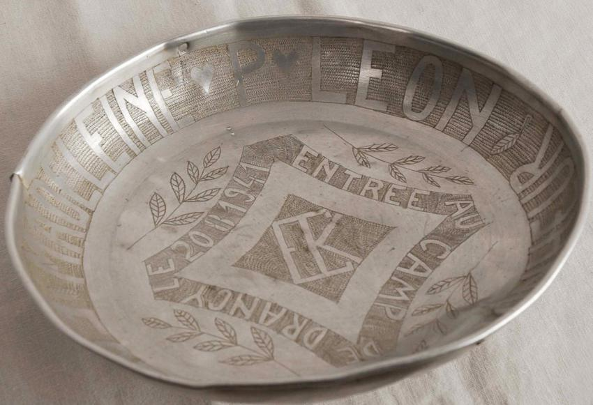 Tin plate that was sent from the Drancy detainment camp, engraved with the date of Elie Kalinski's arrival at the camp, 20  August 1941