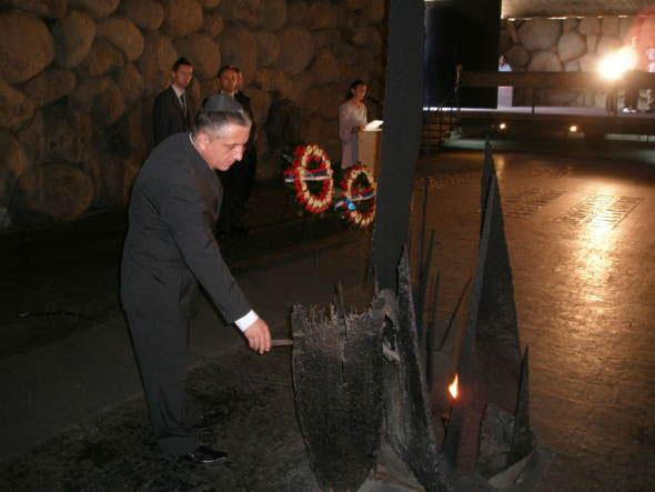 Minister Čađo rekindles the eternal flame in the Hall of Remembrance