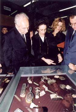 Yehudit Inbar , Director of the Museums Division, (center), describes the exhibit of valuables to Foreign Minister Shimon Peres (left), and to Prof. Giancarlo Elia Velori, Chairman of the Autostrada S.P.A. (right)