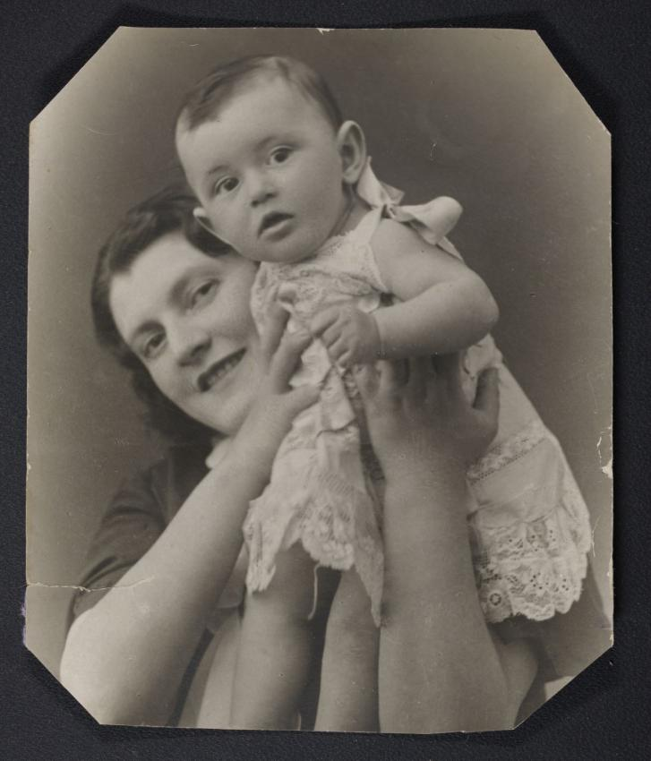 Raisa Agranovich with her mother before WWII. Yad Vashem Archives