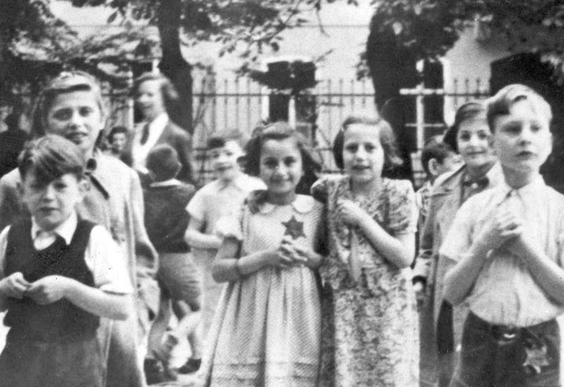 Between the Worlds: Social Circles in the Theresienstadt Ghetto