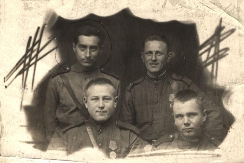 Yehudah Rubashevsky with fellow soldiers in the Red Army