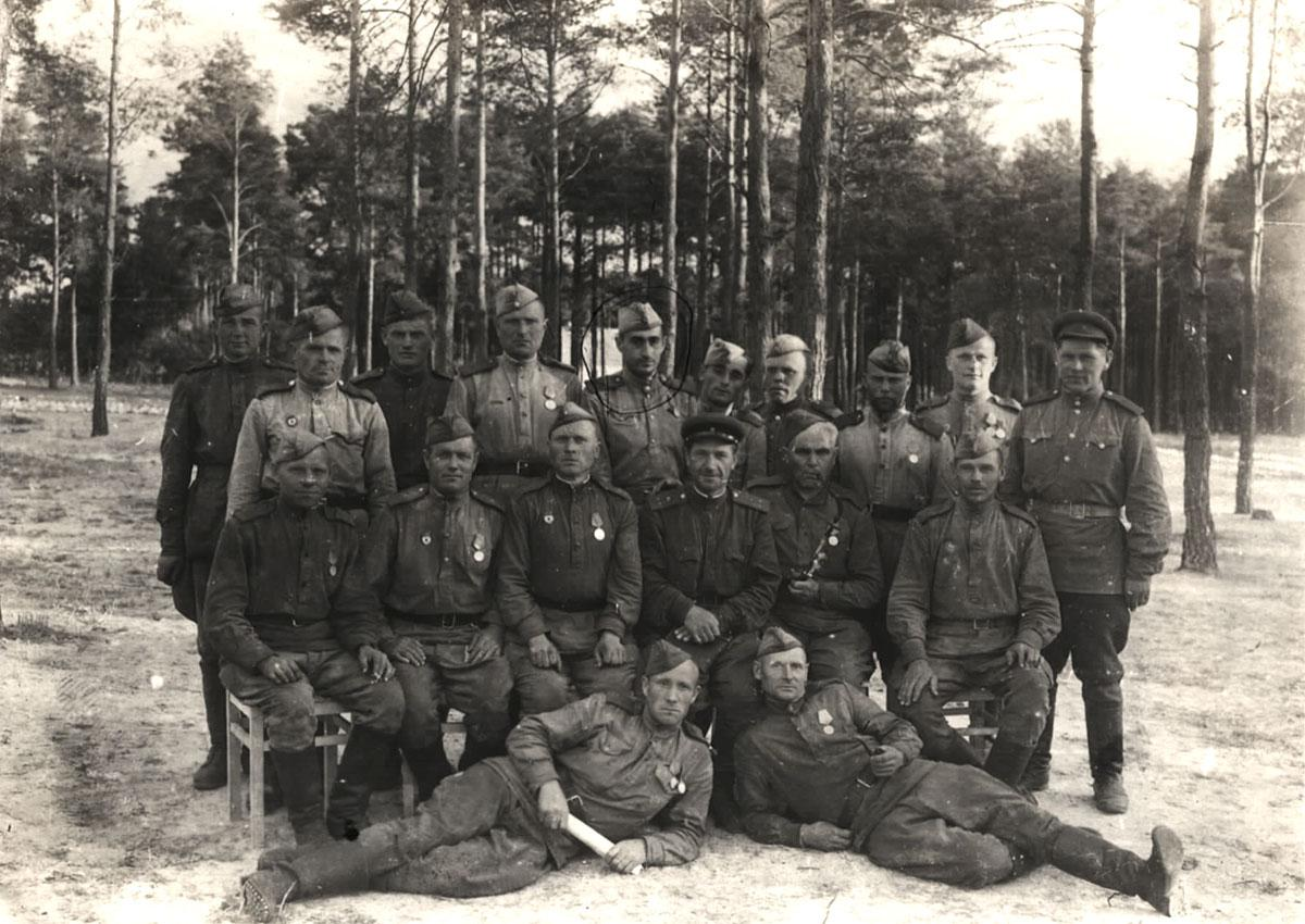 Yehudah Rubashevsky with the soldiers of his unit in the Red Army
