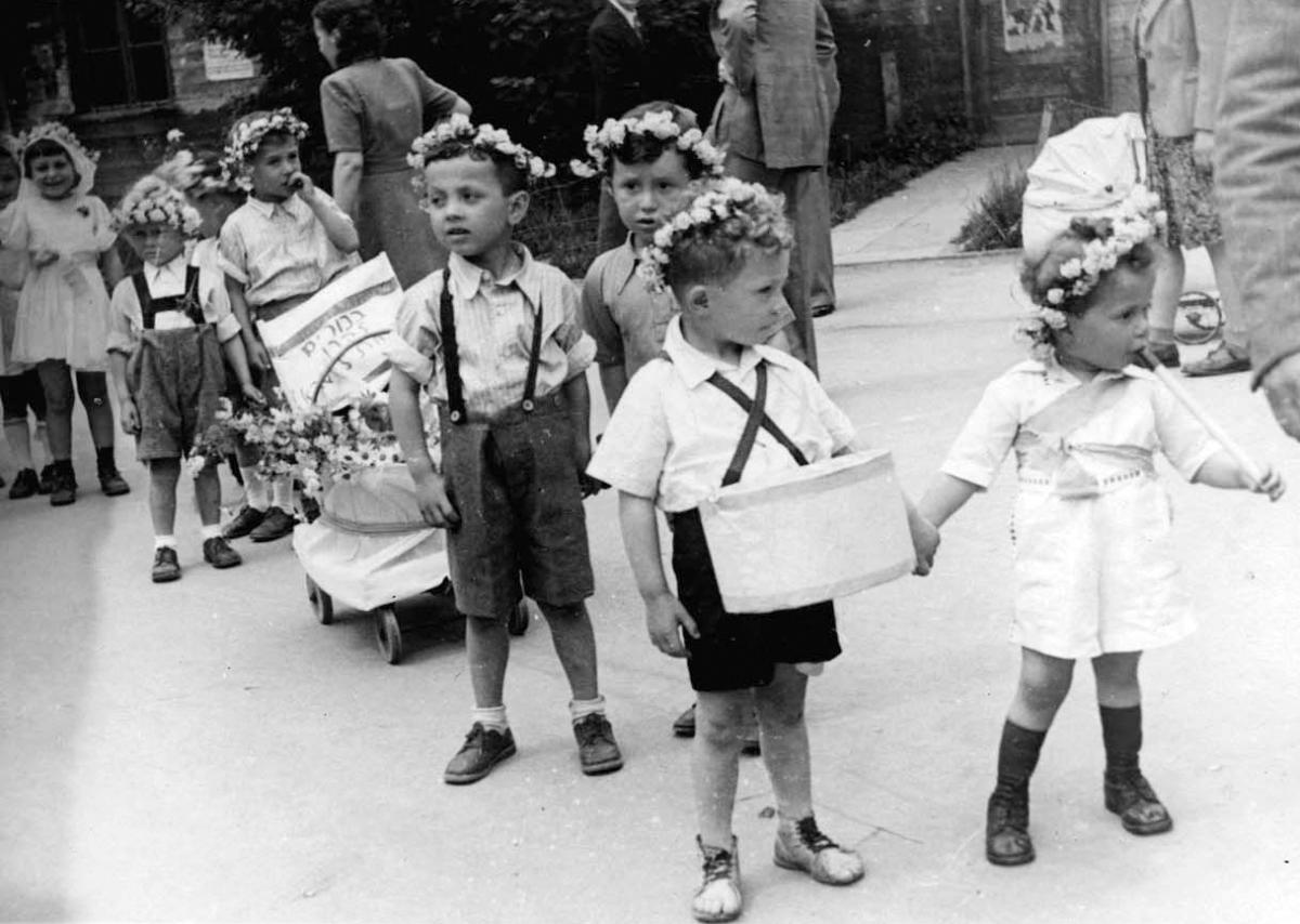Leipheim, Germany, kindergarten children with first fruits on Shavuot in the DP camp, 1947