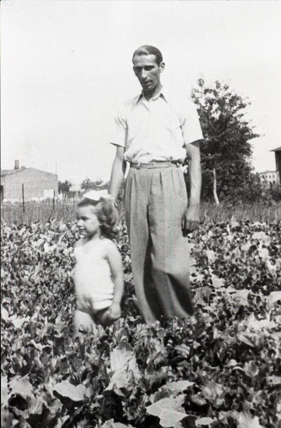 Jakob Stopnicki with his daughter Krysia in the Lodz ghetto