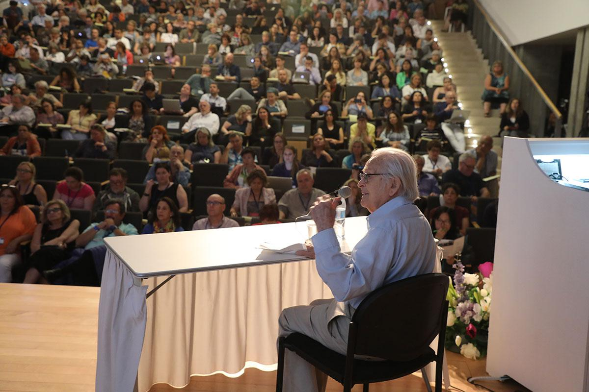 Holocaust survivor and artist Yehuda Bacon speaking at the 2018 International Educators Conference
