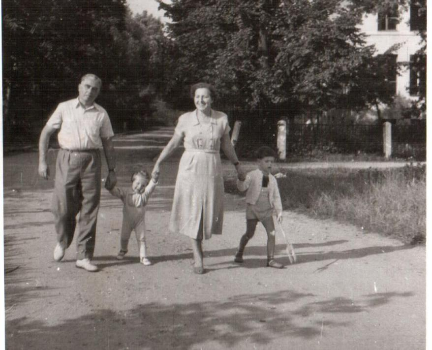 Stefan/Alfred and Irena Tabaczynski with their two young sons, Wlodek and Andrzej