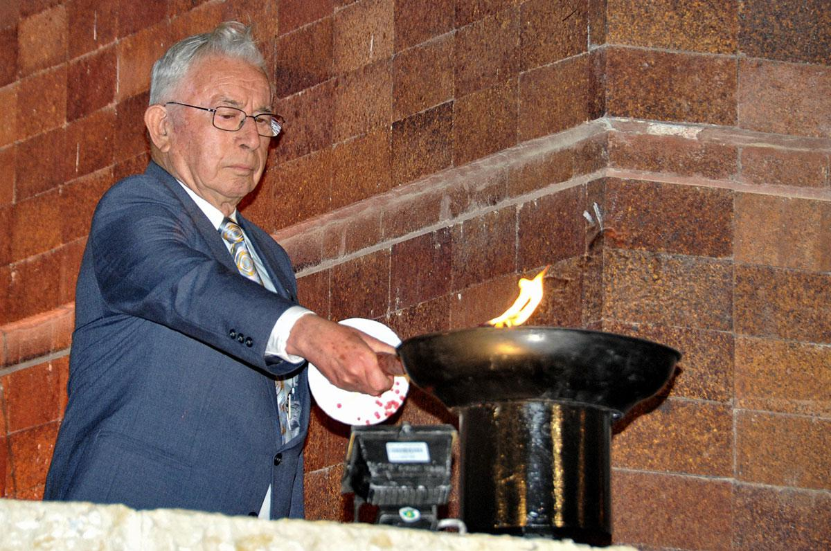 Holocaust survivor Eliezer Ayalon lights one of the six torches at the opening ceremony marking Holocaust Martyrs' and Heroes' Remembrance Day 2010