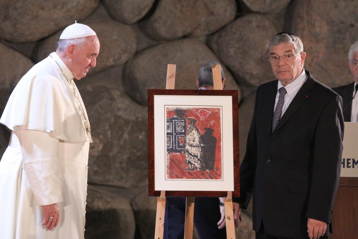 Yad Vashem Chairman Avner Shalev presents Pope Francis with a replica of a painting from the Holocaust period