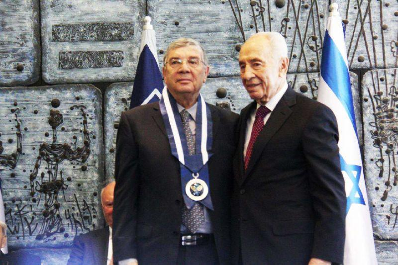 President Shimon Peres and Chairman of the Yad Vashem Directorate Avner Shalev at the ceremony