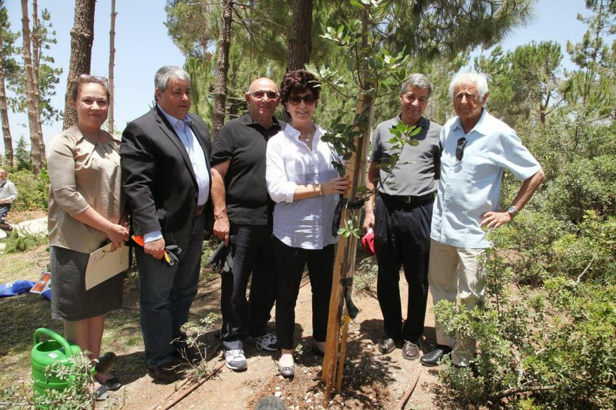 Participants in Yad Vashem 60th Anniversary International Mission replace atree that had been planted in honor of the Righteous Among the Nations thatwas uprooted in the severe snowstorm of Winter 2013