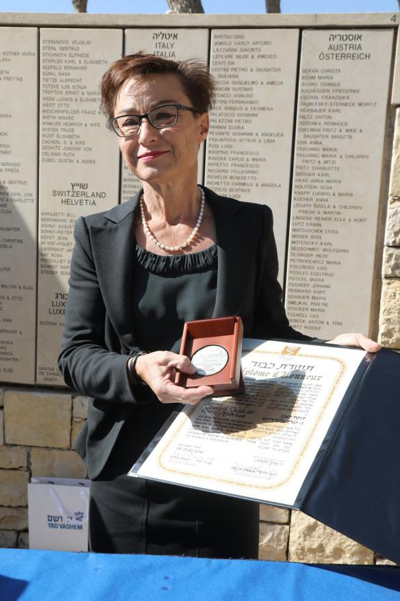 Dr. Francoise Rampelberg accepting the medal and certificate of honor
