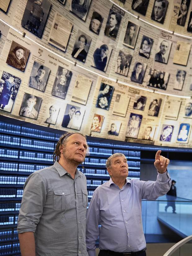 Martin Schoeller visiting Yad Vashem's Hall of Names accompanied by Chairman Avner Shalev