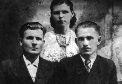 Antonina Kulakovskaya (center), Rowno, 1943
