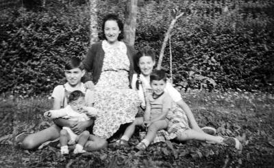 A photograph of Anna Ventura with her four children that she sent to her husband Luigi when he was in Paris in 1940.