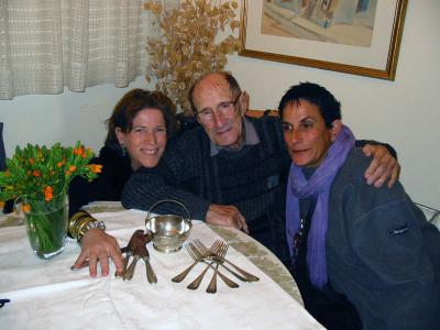 Sioma Slovin (center) with his daughters Talya Taiz (right) and Ilana Shulman; on the table are pieces of silver returned to him thanks to the Central Database of Shoah Victims Names. May 2006