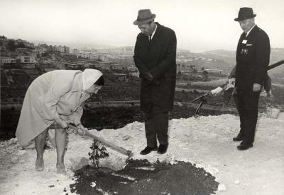 Germaine Ribière planting a tree at Yad Vashem
