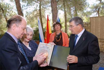 Chairman of the Yad Vashem Directorate Avner Shalev (right) presents the certificate of honor of the Righteous Among the Nations to Felipe Propper (left) and Elena Bonham Carter, children of the late Eduardo Propper