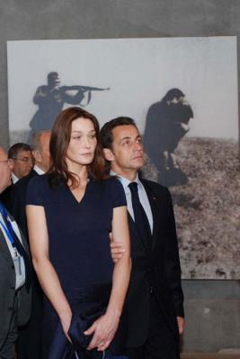 French President Nicolas Sarkozy and his wife Carla Bruni study an exhibit in the Holocaust History Museum