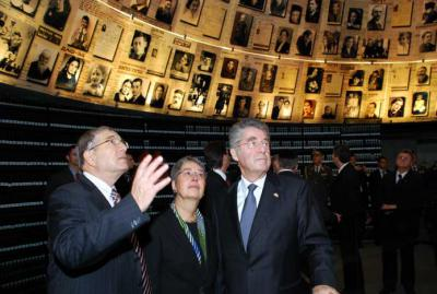 President Heinz Fischer and his wife Margit with Chairman of the Yad Vashem Directorate Avner Shalev in the Hall of Names