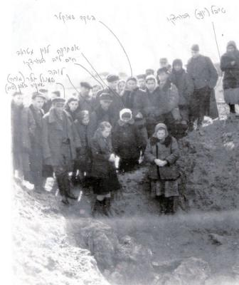 The remnants of the Iwje Community, 1945. Esther with white hat in the center