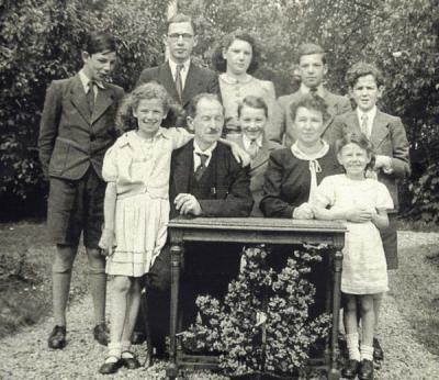 The Arnoldy family with their children and Maurice Sztum, 1943