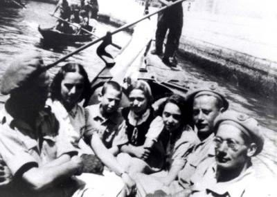 Ida Lenti with the three children and soldiers from the Land of Israel, Venice, 1945