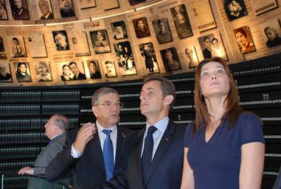 Chairman of the Yad Vashem Directorate Avner Shalev (left) with President Sarkozy and his wife Carla Bruni in the Hall of Names