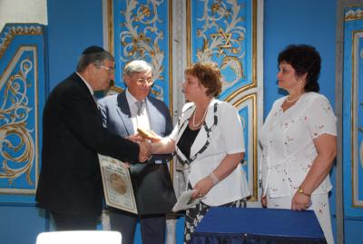 Presentation of the medal and certificate to the daughters of Feodor Mikhailichenko. From right to left: the daughters of the rescuer - Yelena Belayaeva and Yulia Selutina, Chairman of the Commission for the Designation of the Righteous Among the Nations