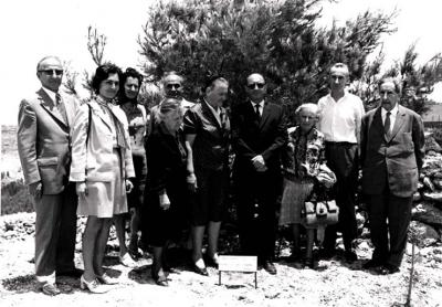 Magda Trocmé and survivors, next to the tree in the Avenue of the Righteous, Yad Vashem