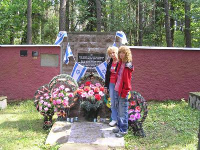 Survivor Esther Ramiel and her daughter at the memorial to the Jews of Iwje