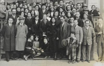 The photograph of the Jews of Ciechocinek that accompanied the newspaper article, in which Ela identified her father Haim Leib (circled)