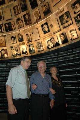 Siblings Hilda Shlick and Simon Glasberg in the Hall of Names at Yad Vashem with Chairman of the Yad Vashem Directorate Avner Shalev