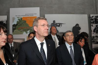 German President Wulff, accompanied by Chairman of the Yad Vashem Directorate Avner Shalev, tour the Holocaust History Museum