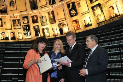 Ms. Irena Steinfeldt, Director of the Righteous Among the Nations Dept, shows President Wulff, his daugher Annalena and Avner Shalev, Pages of Testimony from the artist Felix Nussbaum