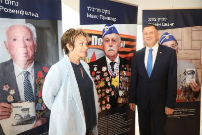 """GPG Vice President Dorit Golender and Knesset Speaker Yuli Edelstein by the Yad Vashem exhibition """"I Survived That War,"""" supported by Genesis Philanthropy Group"""