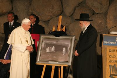Chairman of the Yad Vashem Council, Rabbi Israel Meir Lau presents a gift to Pope Benedict XVI.