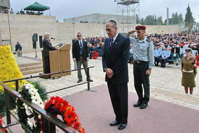 Acting Prime Minister Ehud Olmert lays a wreath during the ceremony at Yad Vashem