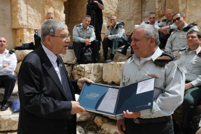 "Avner Shalev presenting the ""Kolchem Shamati"" anthology to IDF Chief of General Staff Lt. Gen. Gadi Eizenkot"