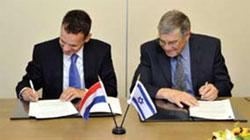 Yad Vashem Chairman Avner Shalev (right) and Ambassador H.E. Mr. Caspar Veldkamp (left)