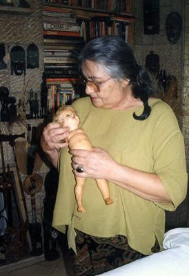 Éva Modvál-Haimovich in her home in Ramat Gan when she donated her doll Gerta, August 1998