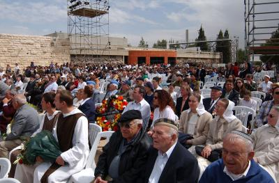 Scene of crowd gathered at Yad Vashem for wreath-laying ceremony