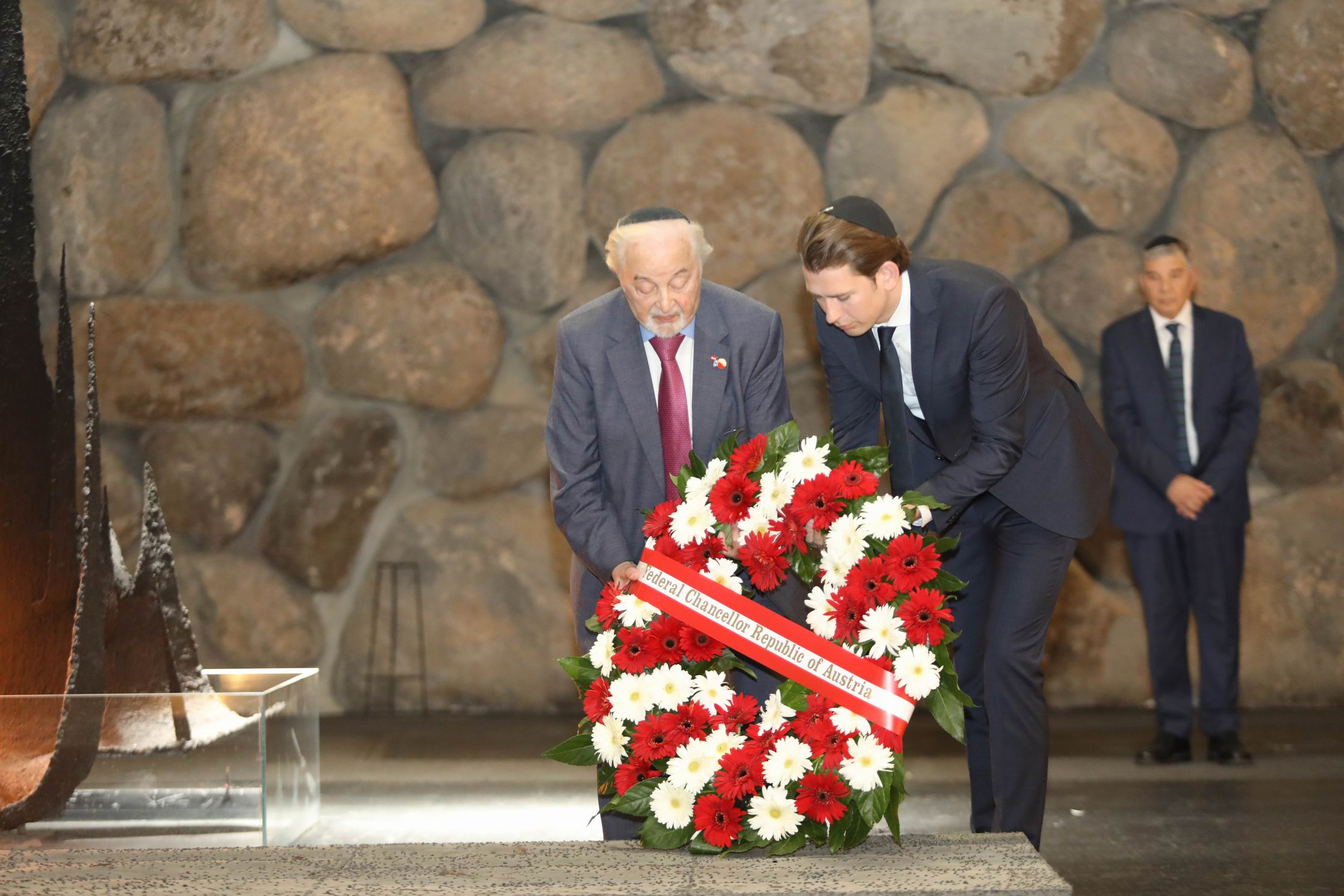 Chancellor Kurz and Holocaust survivor Viktor Klein lay a wreath in the Hall of Remembrance on behalf of the Austrian people